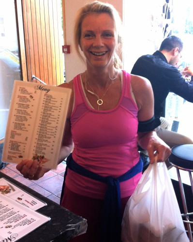 Dag 16/100: Jogga 4 km for å henta sushi take away! (buss heim!)  Det joggande sushi-budet gliser godt!